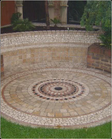 Arquitectura de casas mosaico soler a en patio y jard n for Pisos para patios de casas