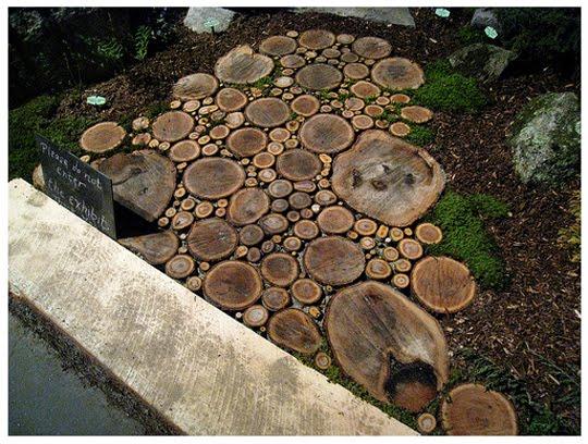 Vereda de troncos cortados usados como pavimento en el jardín