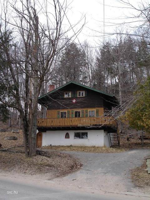 Chalet suizo típico de mampostería y madera sobre lote en declive
