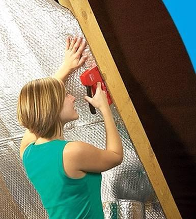 Instalación de material aislante en el interior de una casa
