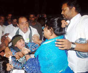 Vijayakumar Vanitha fighting at airport Videos | Tamil ...