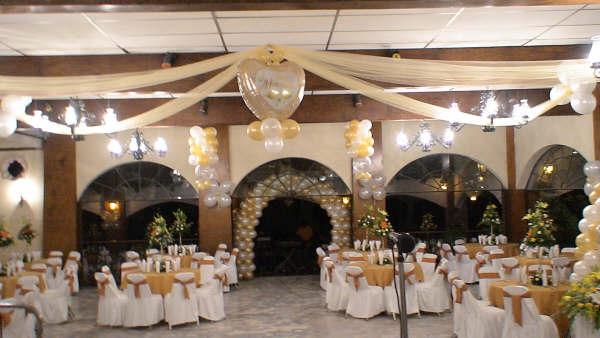 Si lo que queremos es emplear los globos como parte de la decoración del salón, tenemos distintas elementos como arcos, columnas, bouquet para centros de