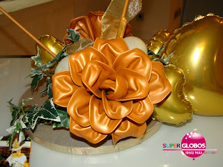 Flor realizada con globos desinflados