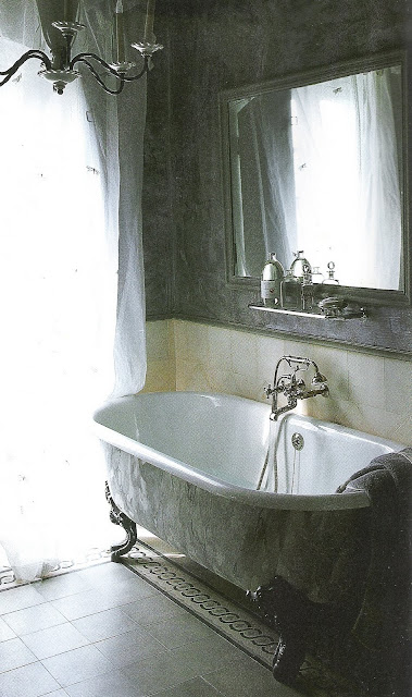 Côté Sud, Dec200-Jan2001 clawfoot bath, white sheers edited by lb for linenandlavender.net