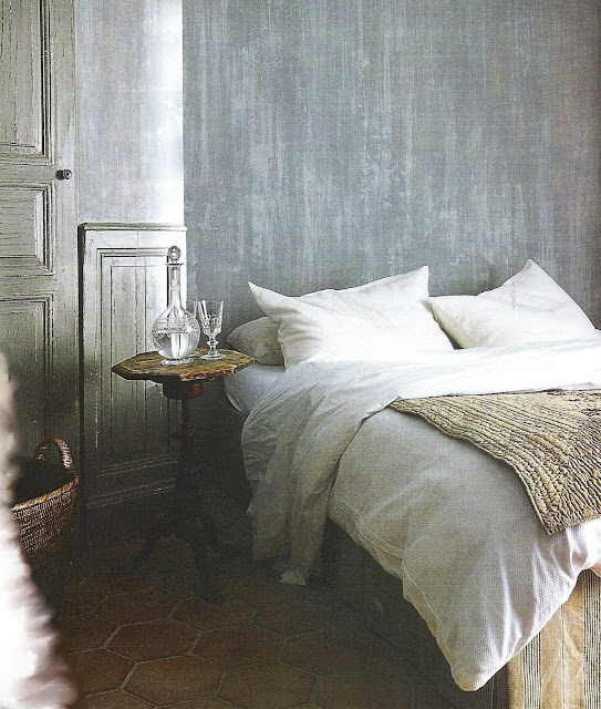 The perfectly made bed, white linen sheets scented in lavender, image via Maisons Côté Sud Fev-Mar 2004, edited by lb for linenandlavender.net