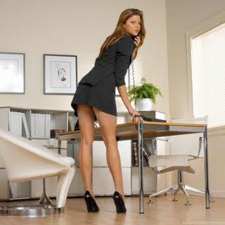 La secretaria que sabe usar sus encantos