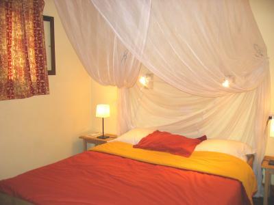 Decoraci n de dormitorios cama con dosel - Cama con techo de tela ...