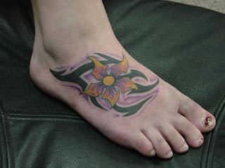 tatuagem feminina nos pés flores