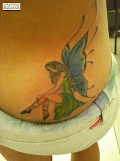 Fada tatuada na parte baixa das costas.