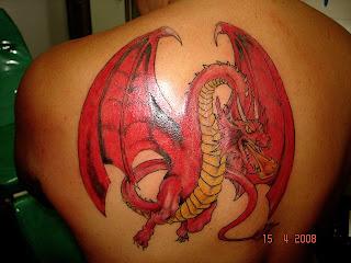 Dragão vermelho tatuado nas costas