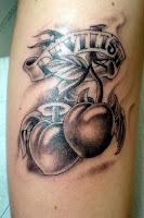 Tatuagem de cerejas preto e cinza