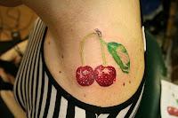 Cerejas tatuada no ombro