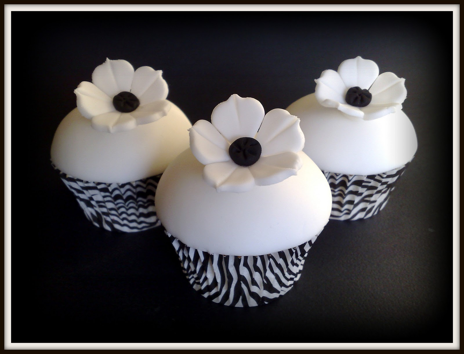 Black And White Cupcake Images : Small Things Iced: Black & White Cupcakes