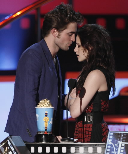 robert pattinson and kristen stewart kissing