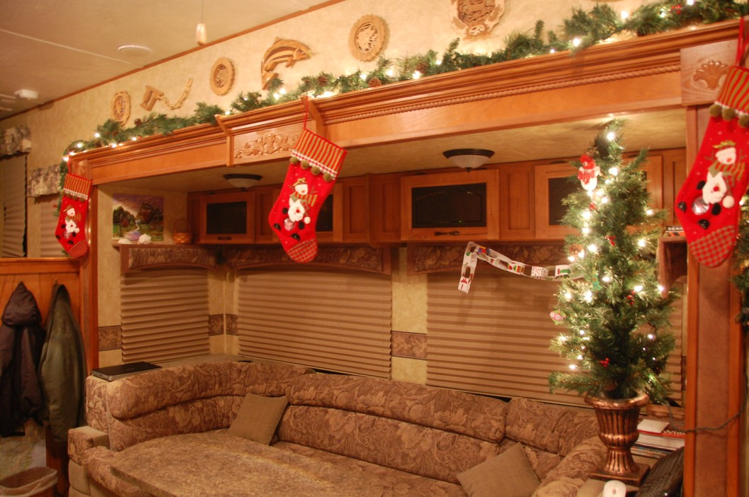 pine near rv park and campground decorate your rv or travel trailer for christmas ho ho on. Black Bedroom Furniture Sets. Home Design Ideas