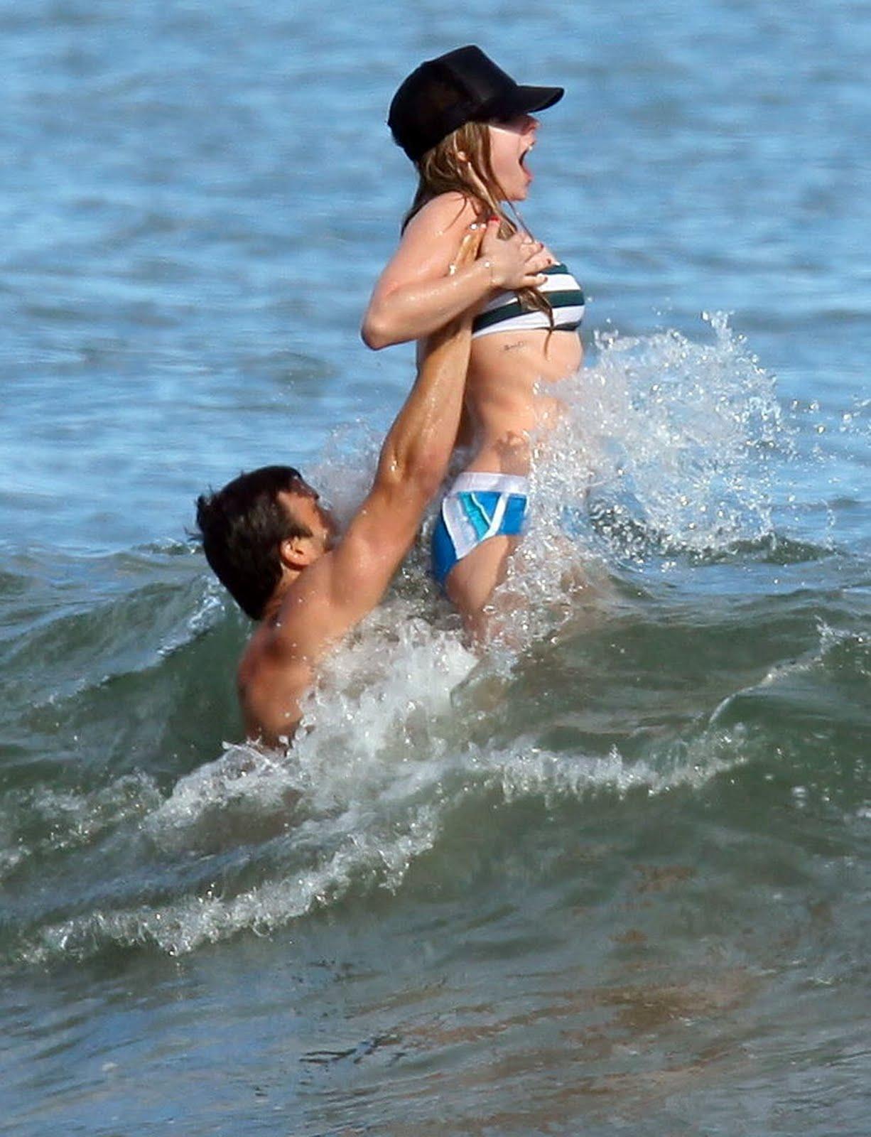 http://1.bp.blogspot.com/_niAq2f3R7as/TIu958zUE_I/AAAAAAAABpc/0mgtp1BWW-I/s1600/avril-lavigne-nipslip-candids-at-a-beach-in-malibu-nsfw-12.jpg
