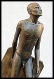 statue homme nu qui marche en tirant son socle