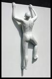 statue nu masculin grimpant sur toile monochrome art