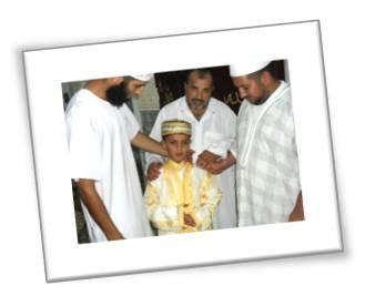 صورة تذكارية مع الطفل النابغة  محمد اسلام شاشي في ليلة 15 رمضان 2010  في مسجد الامام البوخاري بأفلو