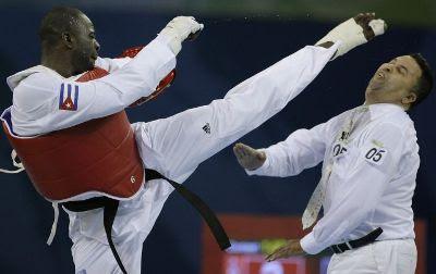 Lutador cubano Angel Valodia agride árbitro