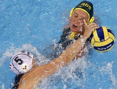 Húngara Mercedes Stieber atinge olho da australiana Nikita Cuffe com dedada no pólo aquático