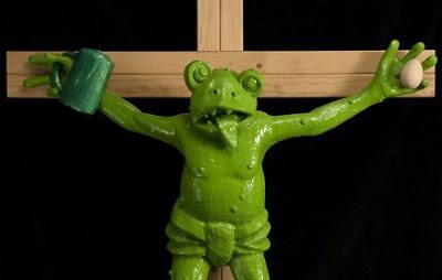 Foto da escultura do sapo crucificado