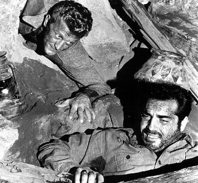Mineiro soterrado é encontrado por jornalista. Cena do filme 'A Montanha dos Sete Abutres'