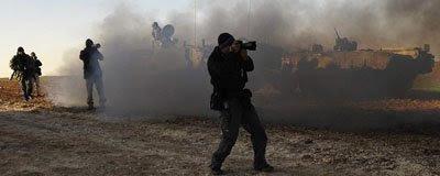 Fotógrafos próximos a tanques israelenses