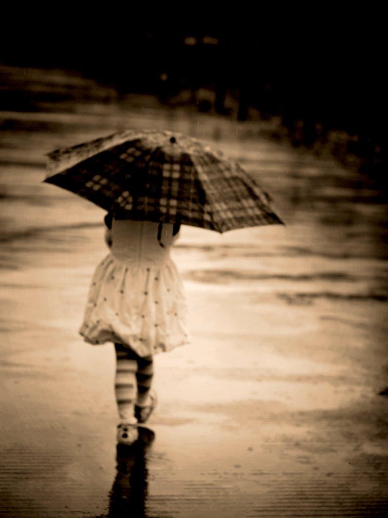 دفتر مذكرات المنتدى ___(( فرغ و فضفض عن مشاعرك لحبايبك بالمنتدى))  - صفحة 2 Girl_in_the_rain_by_pickerel