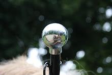 La roulotte se mire dans une boule...