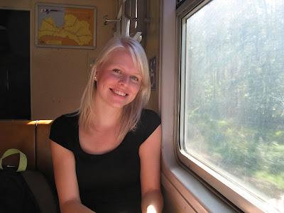 Nienke in de trein in Letland