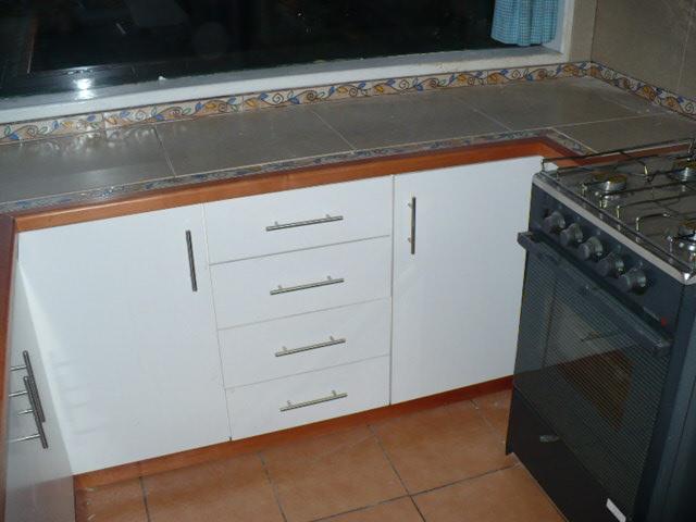Mueble de cocina base en melanina blanca, su estructura interna hecha
