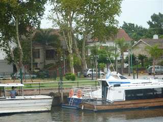 Prachtige huizen langs de waterkant.