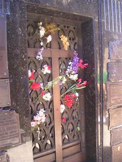 Bloemen bij het graf van Evita Peron.