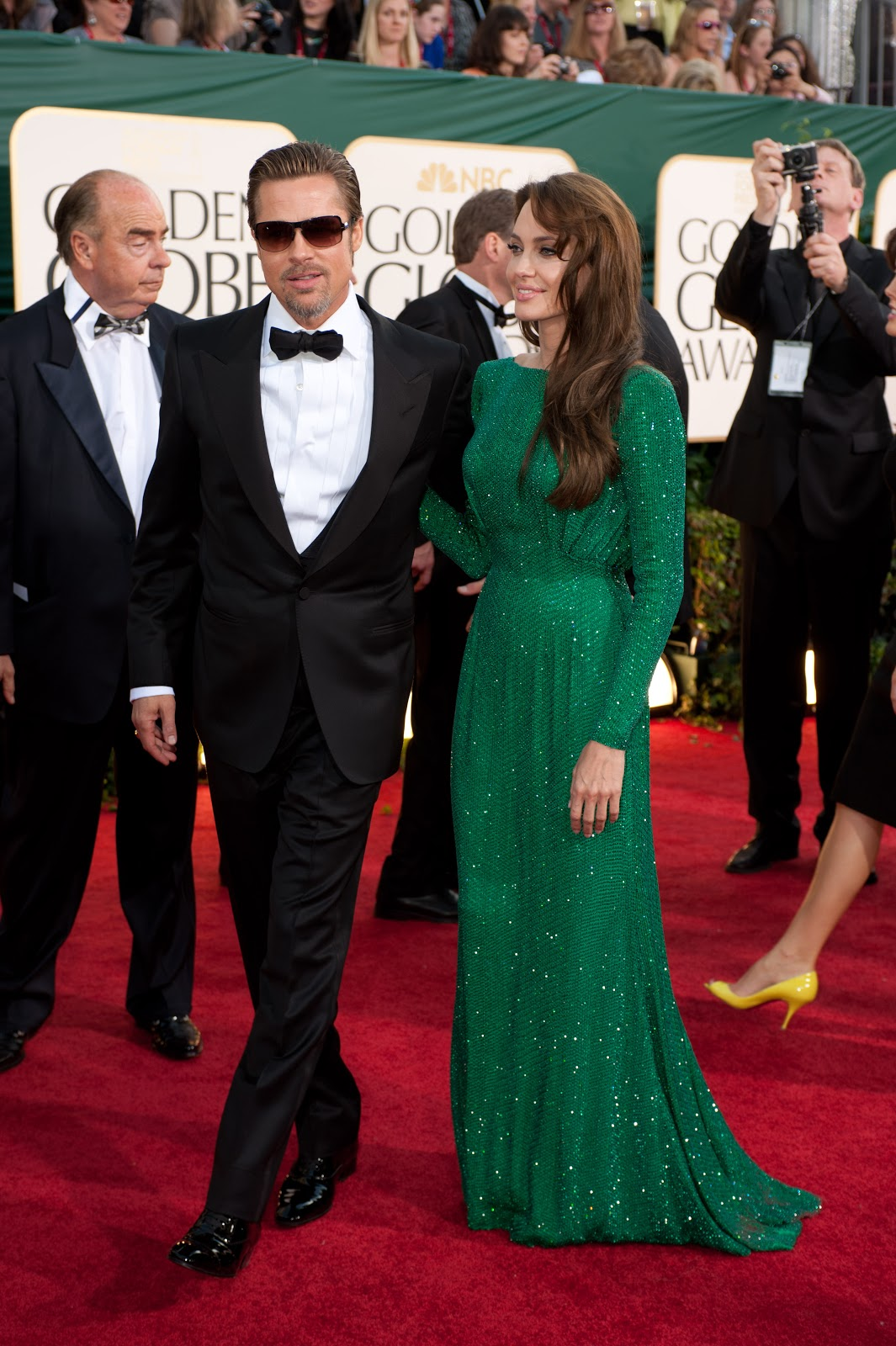 http://1.bp.blogspot.com/_nyB2OeEAzKU/TTcLw6Je3lI/AAAAAAAATL8/WDbuoZLofpg/s1600/2011+Golden+Globes+68th+men+Brad+Pitt+and+Angelina+Jolie+in+green+dress.jpg