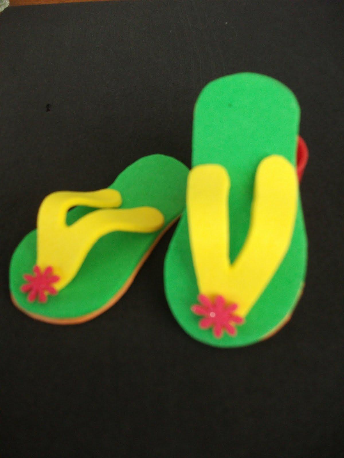 muestra de unas sandalias para dar como souvenirs en una actividad de ...