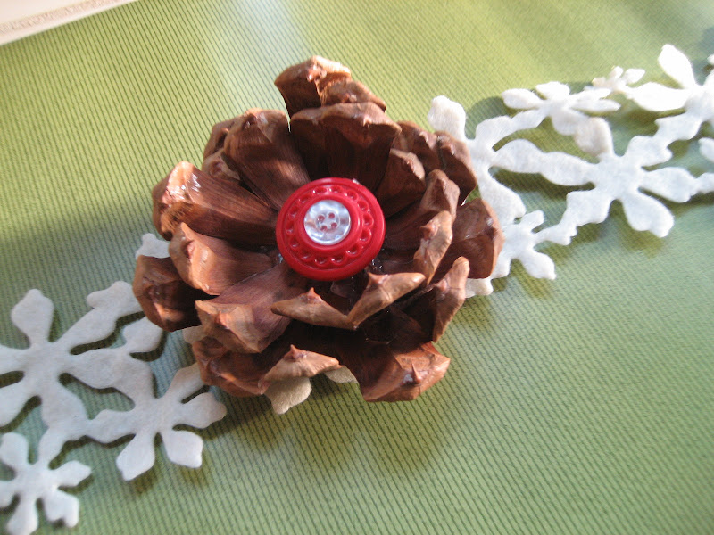 recycling ideas: pine cone flower present topper