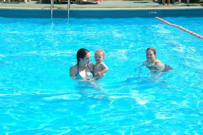 Coegie, Wilma en Kleine Henk in het zwembad