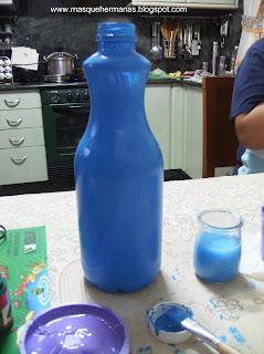 Cogemos la botella y le quitamos el plástico. La lavamos por dentro y