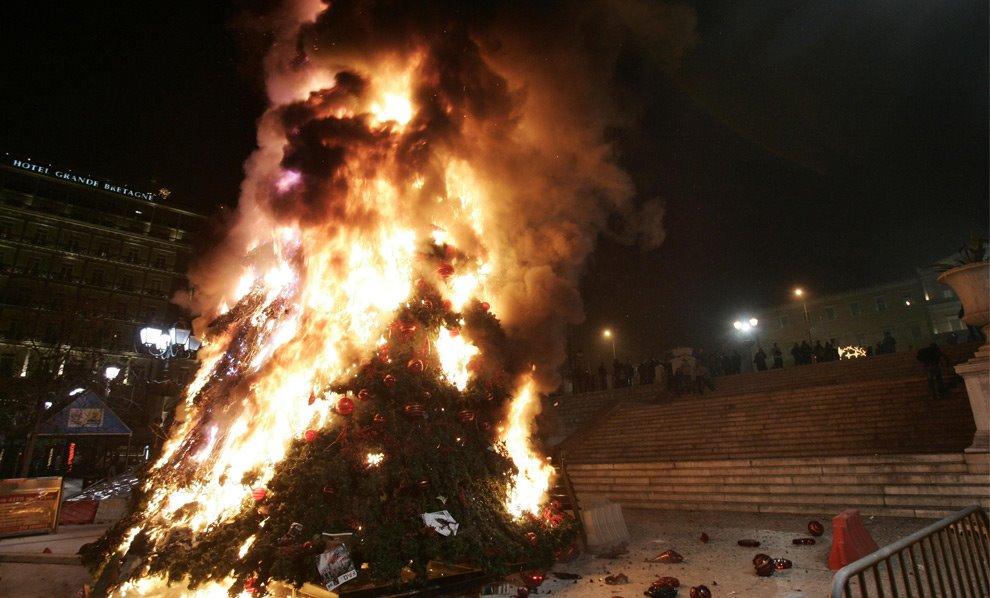 Tα άσχημα δέντρα όμορφα καίγονται