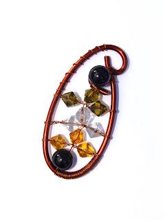 pandantiv handmade din sarma de cupru, perle de sticla, cristale de sticla