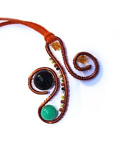 pandantiv handmade din sarma de cupru, margele de nisip si de sticla, cristale de sticla