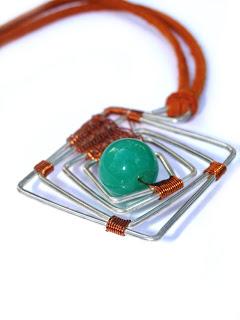 pandantiv handmade din sarma argintata, sarma de cupru, margea de sticla