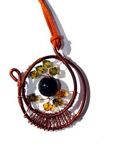 pandantiv handmade din sarma de cupru, margele de sticla, cristale de sticla