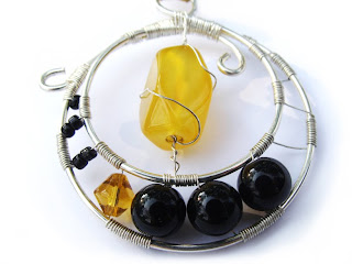 pandantiv handmade din sarma argintata, margele de nisip, perle de sticla, agata tubulara fatetata