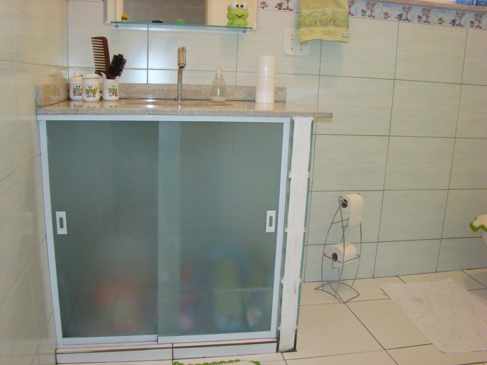 Coisitas & Parangolés Banheiro ANTES X DEPOIS -> Armario De Banheiro Feito De Tijolo De Vidro