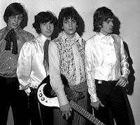 De izquierda a derecha Roger Waters (bajo), Nick Mason (percusión y efectos), Syd Barrett (guitarra) y Rick Wright (teclados y efectos), los primeros Pink Floyd