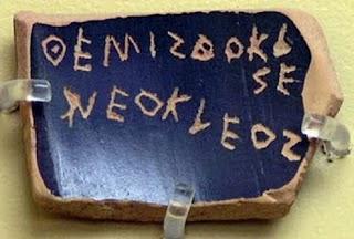 Ostracón en el que puede leerse 'Themisthokles Neokleos'. Temístocles fue condenado al ostracismo en 471 a.C. Museo del Ágora Antigua, Atenas