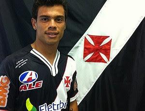 O meia fez exames e posou para fotos com o uniforme cruzmaltino. O meia  chega ao clube de São Januário para tentar apagar o incêndio 8530cffc032b0
