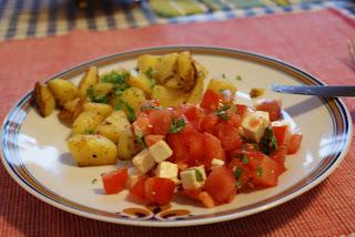 Kartoffeln und Tomatensalat